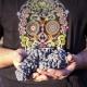 Manos sosteniendo la uva Monastrell